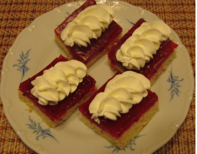Piškotový koláč s rybízem