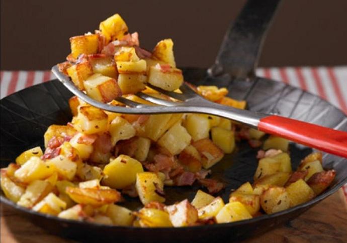 Restované brambory s cibulí a slaninou
