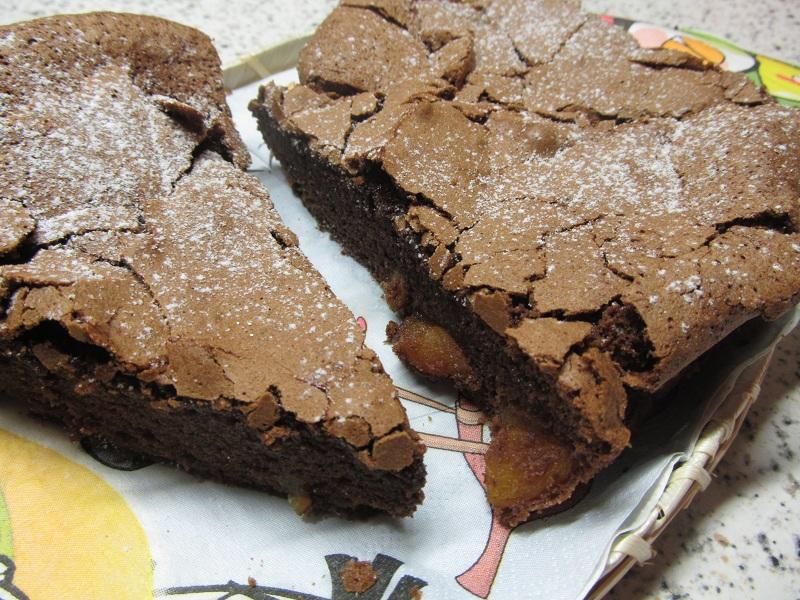Čokoládový koláč s hruškami a skořicí