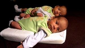 Dvojčat z umělého oplodnění přibývá, odborníci chtějí omezení