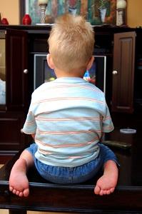 Může se batole dívat televizi?