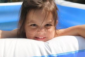Je plavání zdravé pro malé děti?
